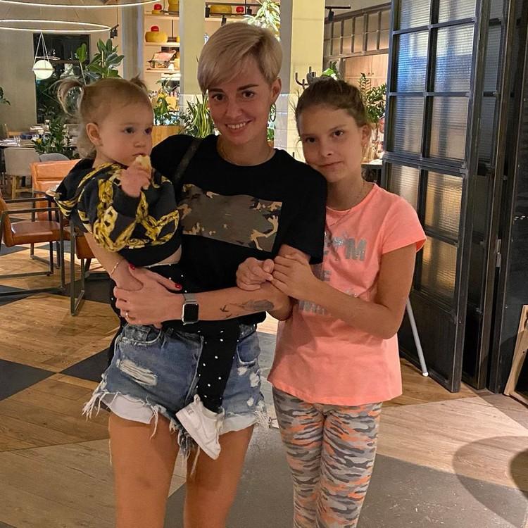 Супруга тренера Дарья Карпина с двумя дочками. Фото: соц. сети
