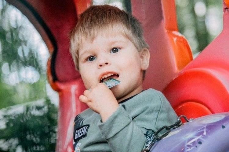 После операции малыш чувствовал себя хорошо, но недавно болезнь вернулась. Фото: благотворительный фонд «Дедморозим».