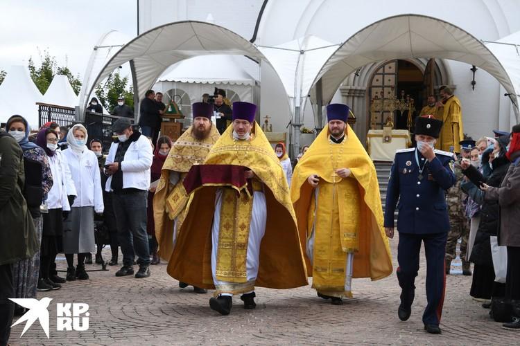 Божественную литургию, длившуюся больше часа, все смиренно отстояли в масках.