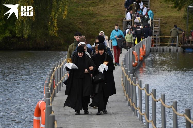 Часть верующих перешли на другой берег по понтонному мосту.