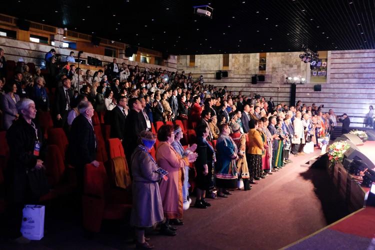 Зал, где проходило мероприятие, утонул в многообразии национальных костюмов. Фото: Ольга ЛОБАЧЕВА