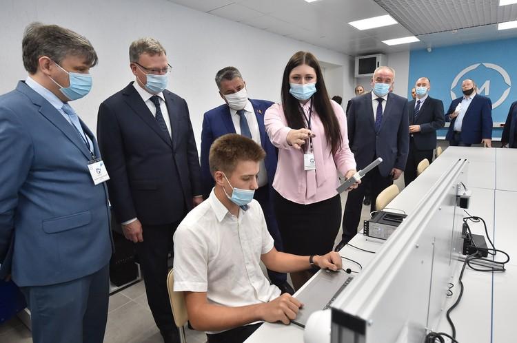 Александр Бурков с интересом ознакомился с функционалом оборудования классов во время экскурсии.