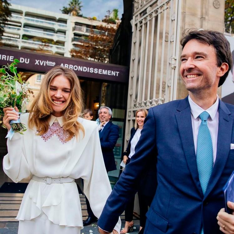 Наталья Водянова в очень модном платье с мужем Антуаном.