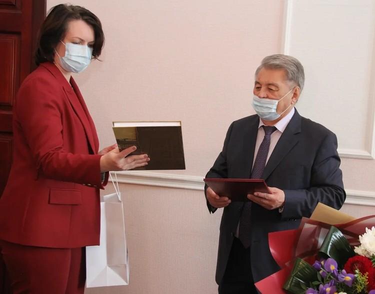 Оксана Фадина пожелала юбиляру здоровья и крепости духа. Фото: Владимир Казионов