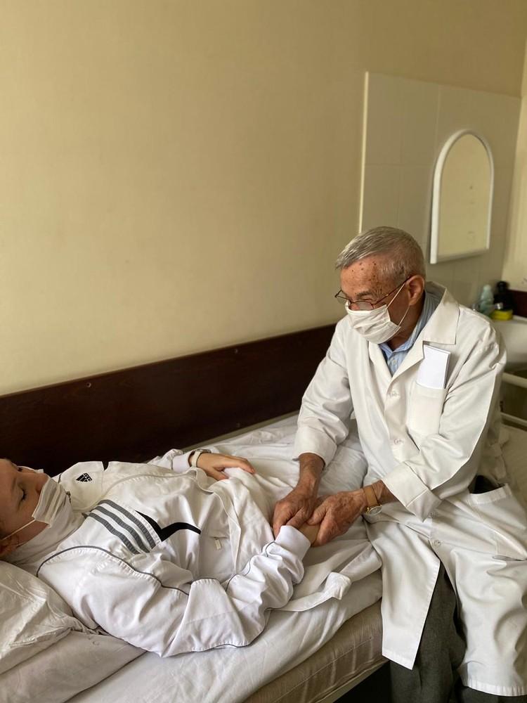 Доктор «чуткие руки» объясняет свои навыки диагноста тем, что учился и начинал работать в советское время.