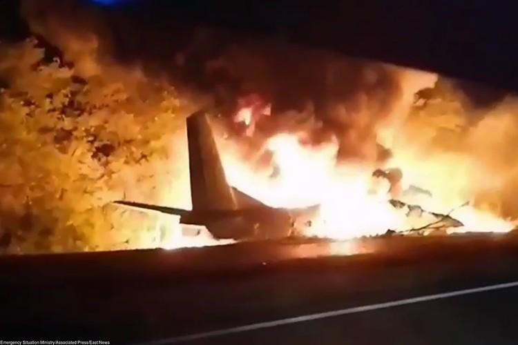 По предварительным данным, около 20:50 около Чугуева при посадке самолет потерял управление и упал возле автомобильной дороги.