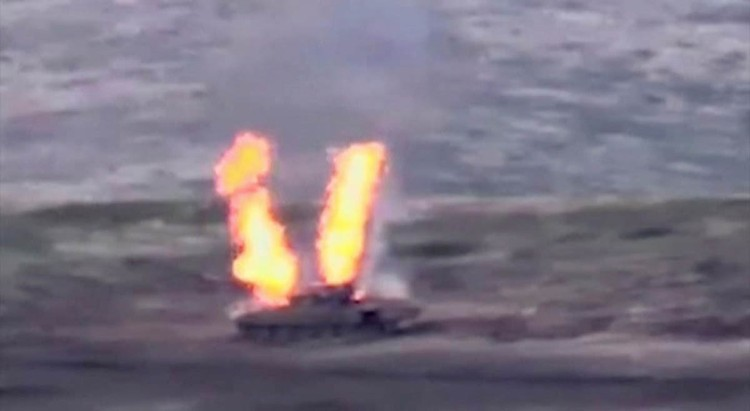 В интернете уже вовсю разгуливает видео, на котором один за другим подрываются танки.