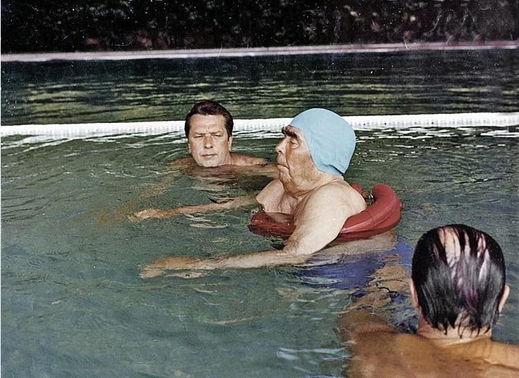Леонид Брежнев в бассейне. Фото: Владимир Мусаэльян