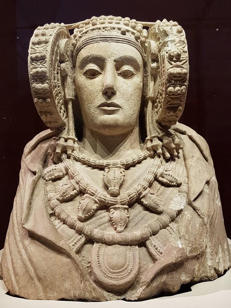 Дама из Эльче в Национальном археологическом музее в Мадриде.
