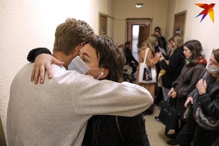 В 12.30 в коридоре по-прежнему было много людей, которые ждали процессов по делам своих родных