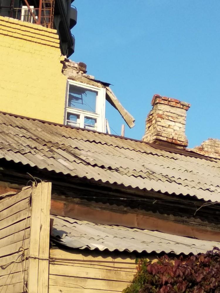 """На то, чтобы отломить кусок стены над окном, потребовалось несколько часов. Фото: предоставлено """"Комсомолке"""""""