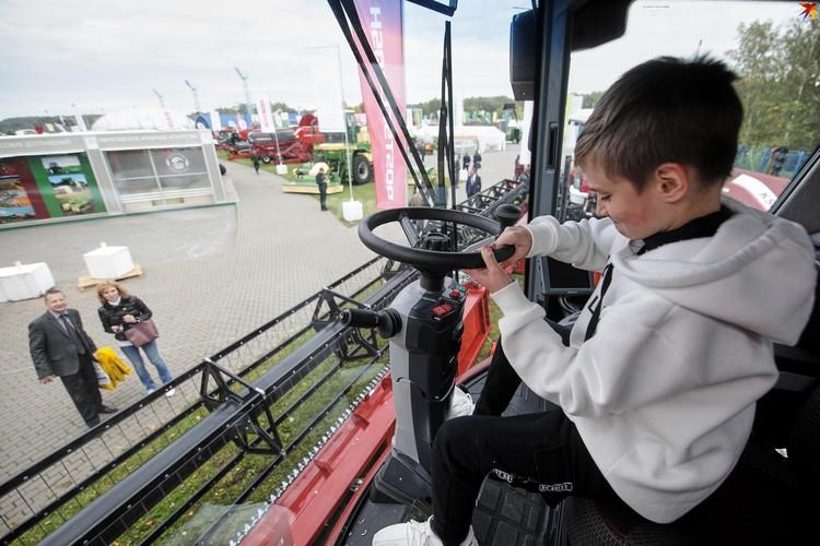 Полазить по огромным машинам - радость для детей