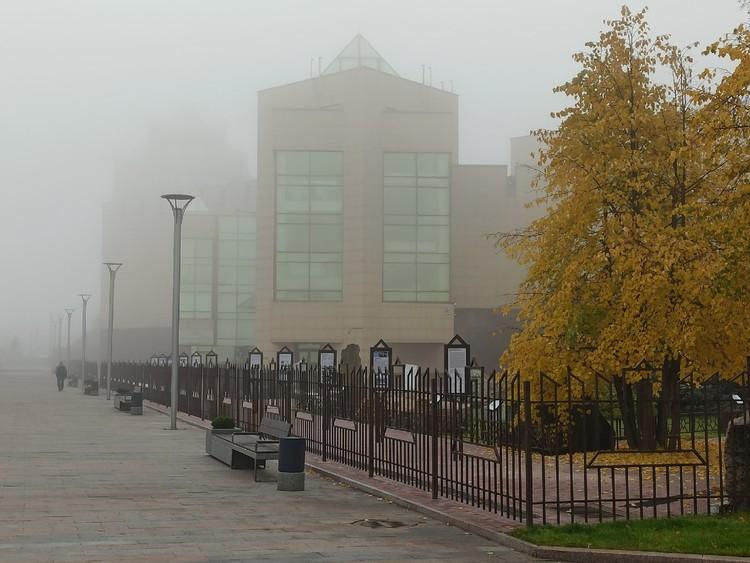 На набережной туман окутал все