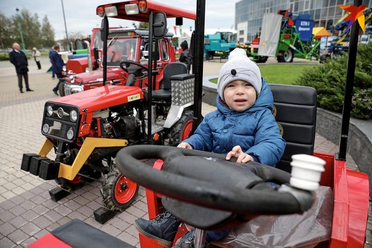Юный тракторист.