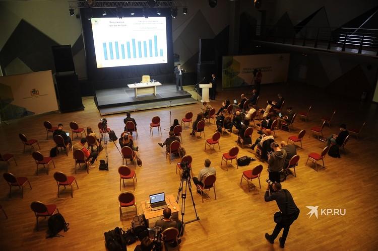 Журналистов рассадили так, чтобы между стульями была дистанция около 1.5 метров.