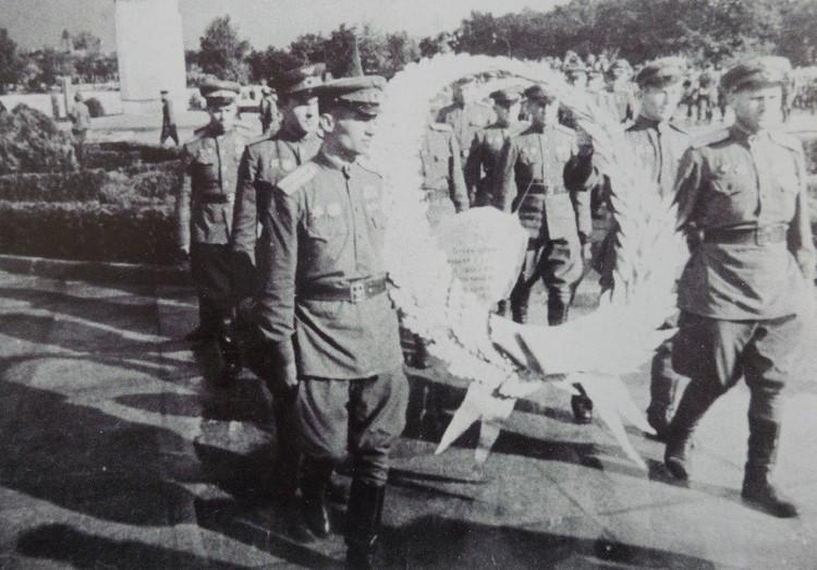 Венки на могилы павших возлагали их боевые товарищи.