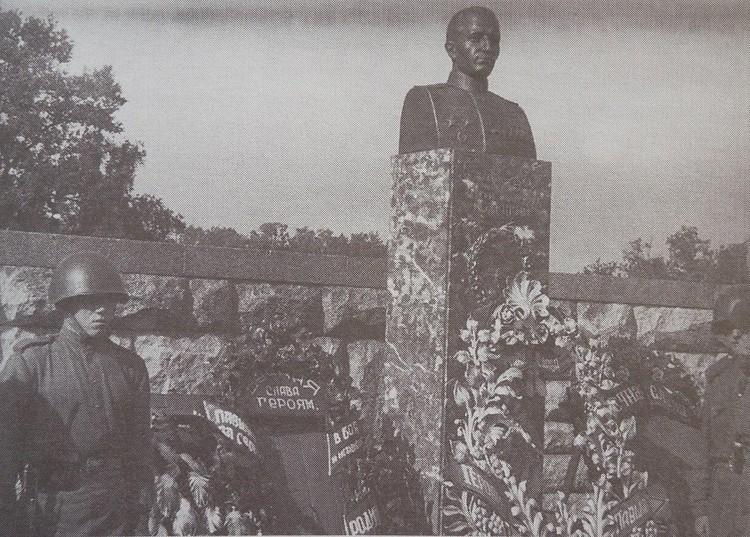 Было решено установить и четыре персональных памятника – Героям Советского Союза Степану Гурьеву, Сергею Полецкому, Анатолию Сергееву и Елене Ковальчук.
