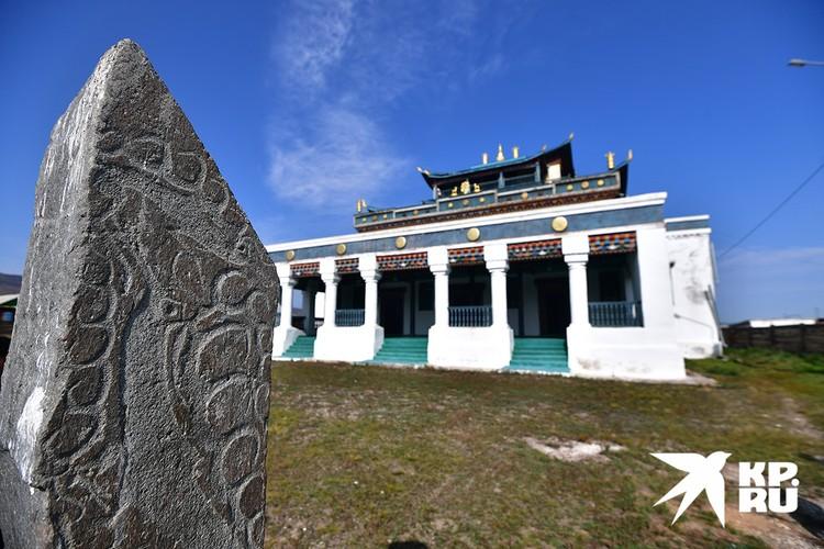 Оленный камень, возраст которого 3 - 5 тысяч лет.