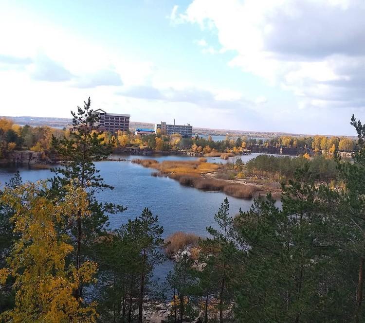 Хвойные деревья вносят контраст в атмосферу осени. Instagram / e.kartavykh