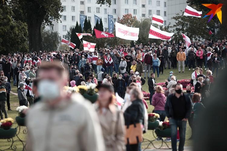 Минск. 4.10.2020 г. Протестующие у стелы.