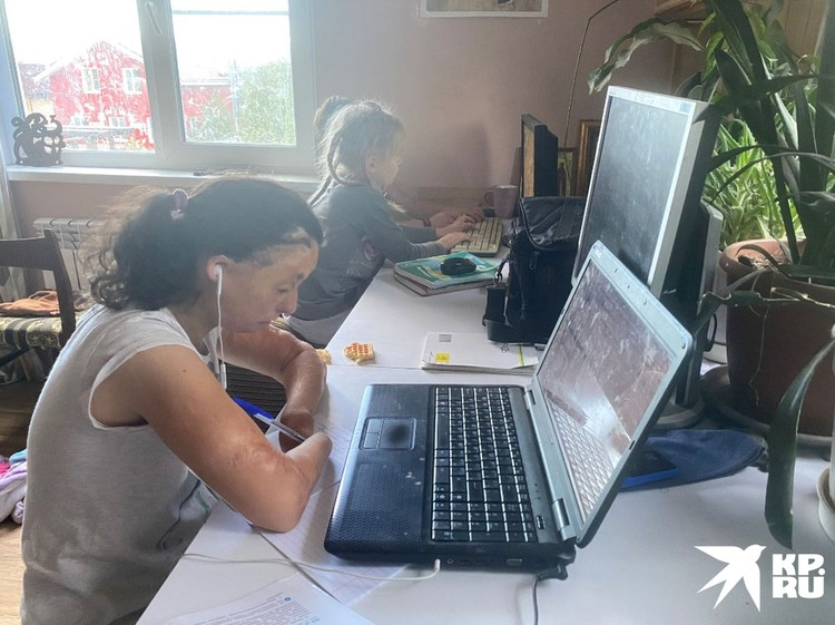 Не имея пальцев, девочка умеет печатать на клавиатуре и даже пишет ручкой.