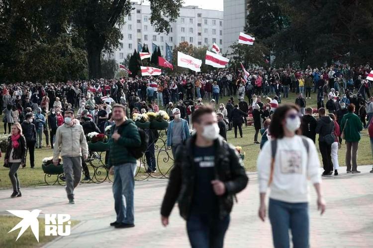У стелы толпа не стала задерживаться и организованными группами люди разошлись в разные части города. Фото: Иван Иванов