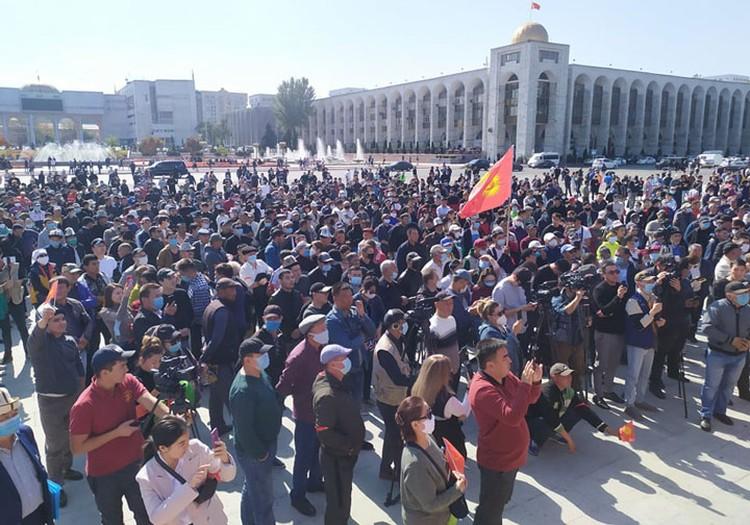По разным оценкам, на площади собралось до тысячи человек.
