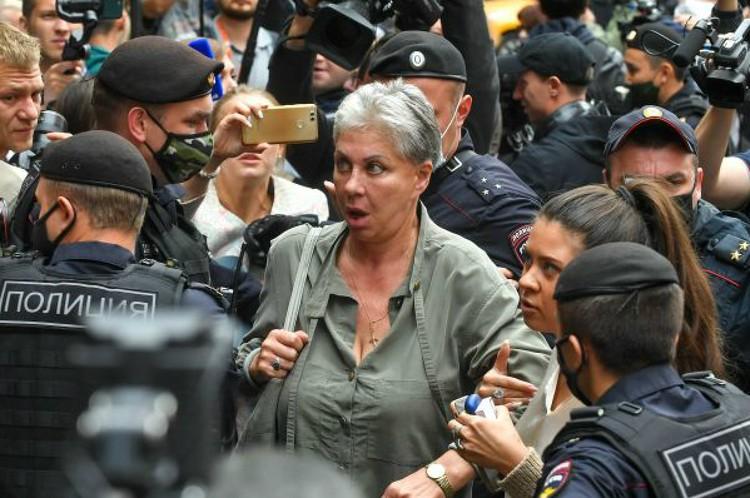 Сестра актера Анастасия Ефремова ходила на все заседания суда.