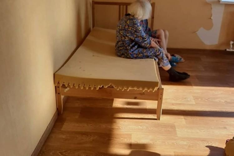 По словам бывшей сотрудницы пансионата, пожилых людей даже кормят - и то впроголодь