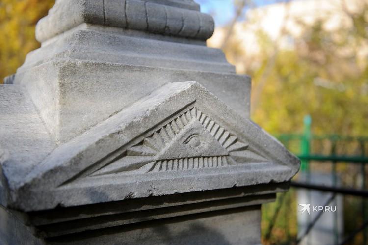 Одно из надгробий XIX века.