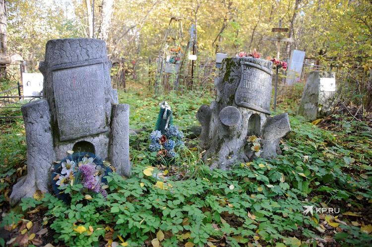 В начале XX века на Ивановском кладбище появилась традиция делать надгробия в форме дерева с обрубленным стволом и ветвями.