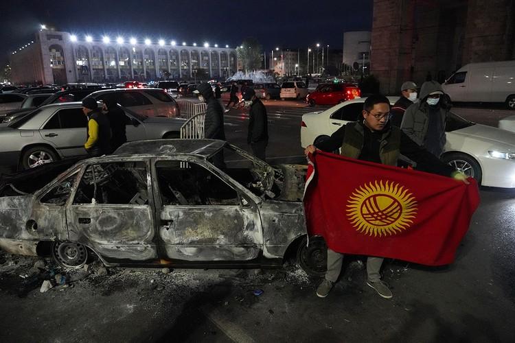 Спусковым крючком стала неуклюжая попытка киргизских властей зачистить парламент от депутатов бывшего президента Атамбаева, представлявших Север страны. Фото: Абылай Саралаев/ТАСС