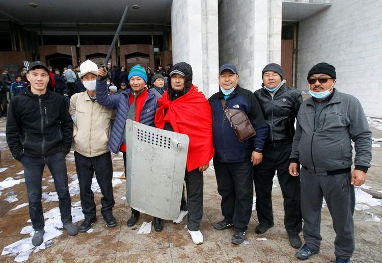 Протестующим удалось захватить здание парламента в Бишкеке.