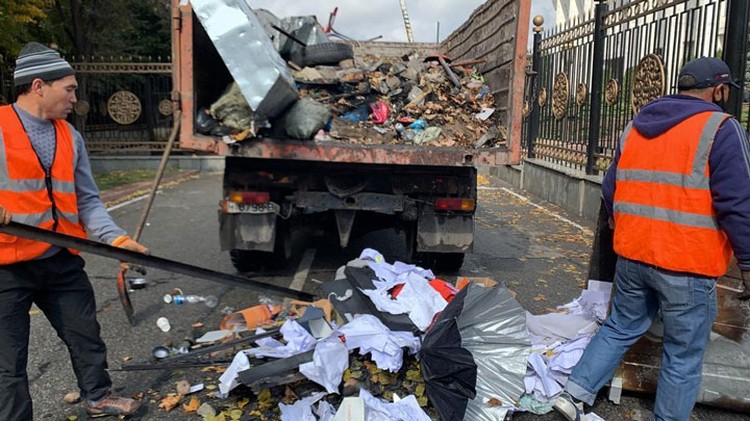 С центральной площади города вывезли 20 тонн мусора.