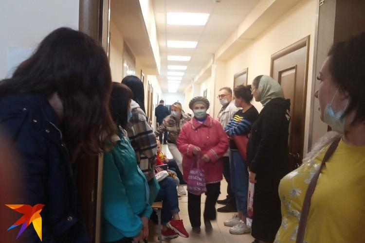 На прием люди начинают собираться к восьми, но и ближе к полудню в стенах центра соцподдержки многолюдно.