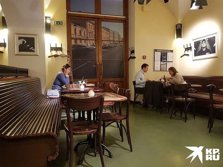 Это тот самый стол, где сидела компания Кокорина (слева), а напротив сидел Пак