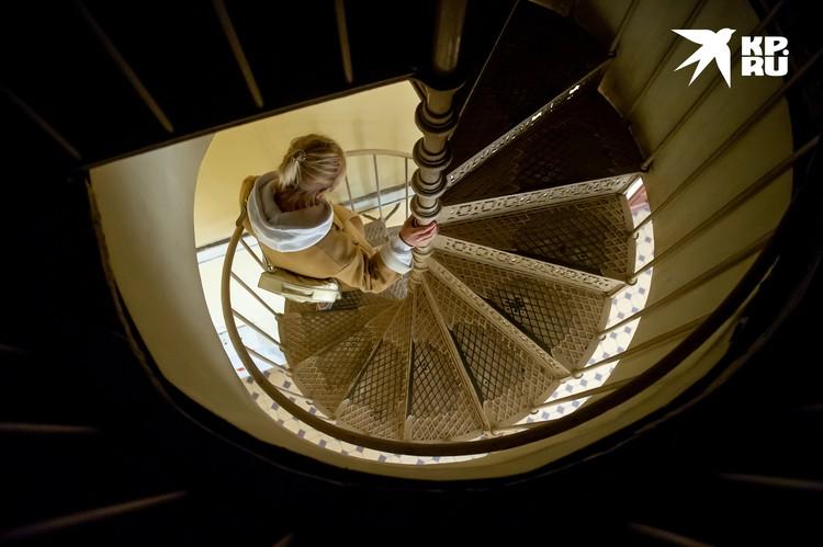 По таким ажурным лестницам ходили работники почтамта много лет назад