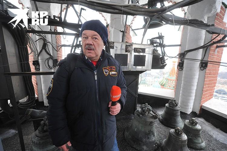 """Журналист """"Комсомольской правды"""" Александр Гамов на одном из ярусов Спасской башни Кремля."""