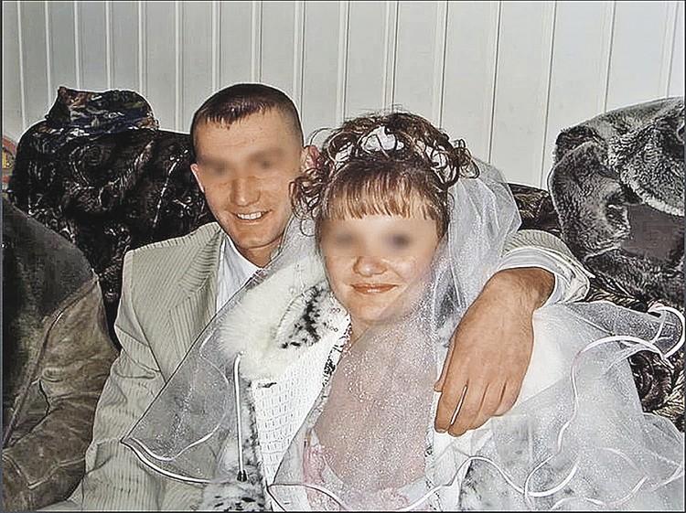 На фото родители девочки - Андрей и Юлия. Отец так и не навестил дочку. Мама находится под присмотром психиатров.