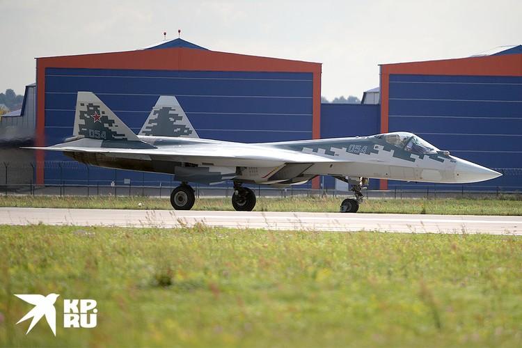 Российский многофункциональный истребитель Су-57 на Международном авиакосмическом салоне МАКС-2019.