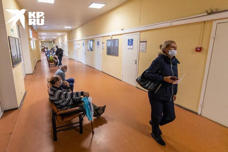 В поликлинике им. братьев Бахрушиных в Сокольниках все в масках: заслуга контролера на входе