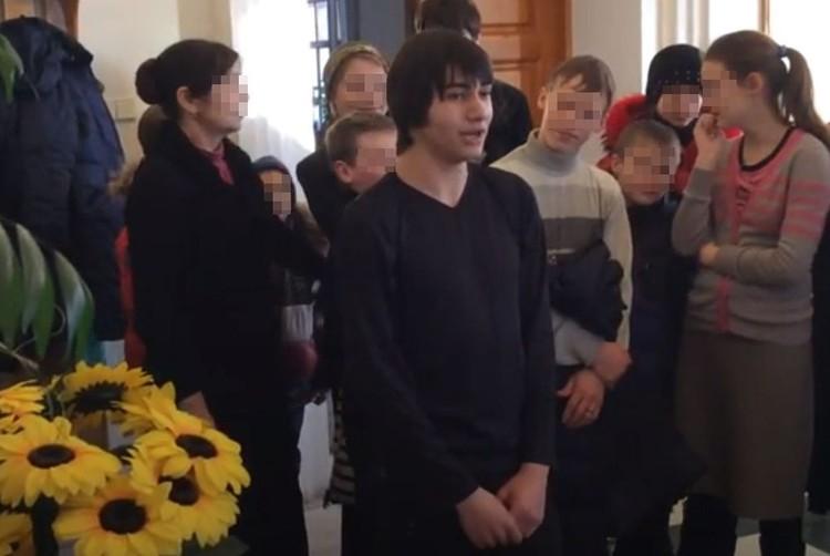 Николай пел в церковном хоре. Фото: стоп кадр www.youtube.com.