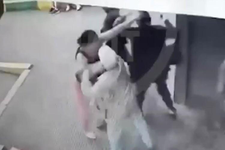 Вчера в соцсетях появилось видео, судя по которому сотрудница прокуратуры напала с кулаками на пенсионерку