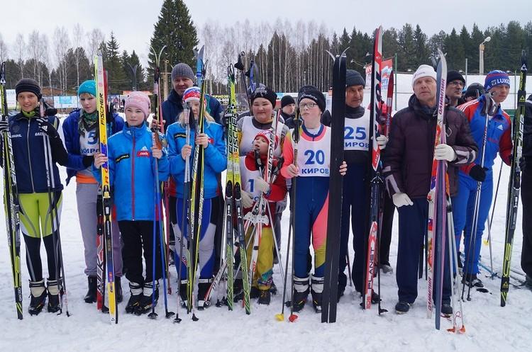 Слабовидящие и слепые из Кировской области принимают участие в региональных чемпионатах по лыжным гонкам. Фото: vos-kirov.ru