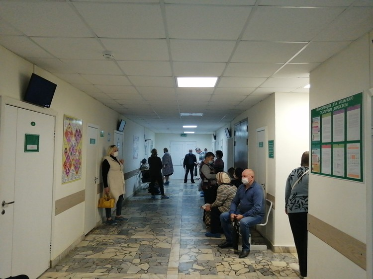 Часть участковых - на больничном или ездит к пациентам на дом. Посетителей поликлиники принимают оставшиеся медики