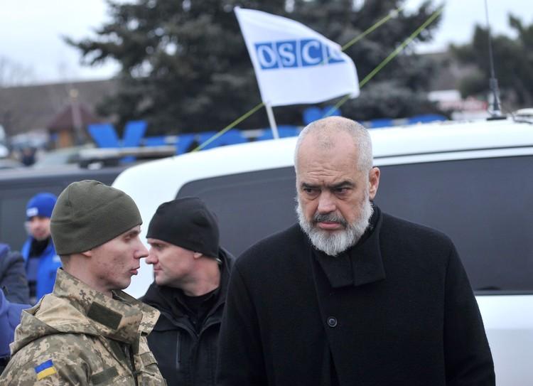 Действующий председатель ОБСЕ, премьер-министр Албании и министр Европы и иностранных дел Эди Рама посещает контрольно-пропускной пункт в Луганской области
