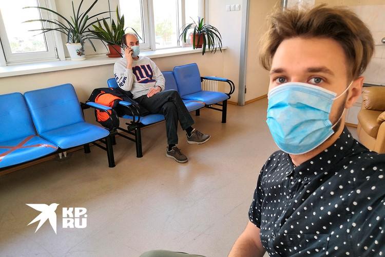 Так выглядит комната отдыха в поликлинике, куда после укола отправляют посидеть 30 минут всех испытателей.