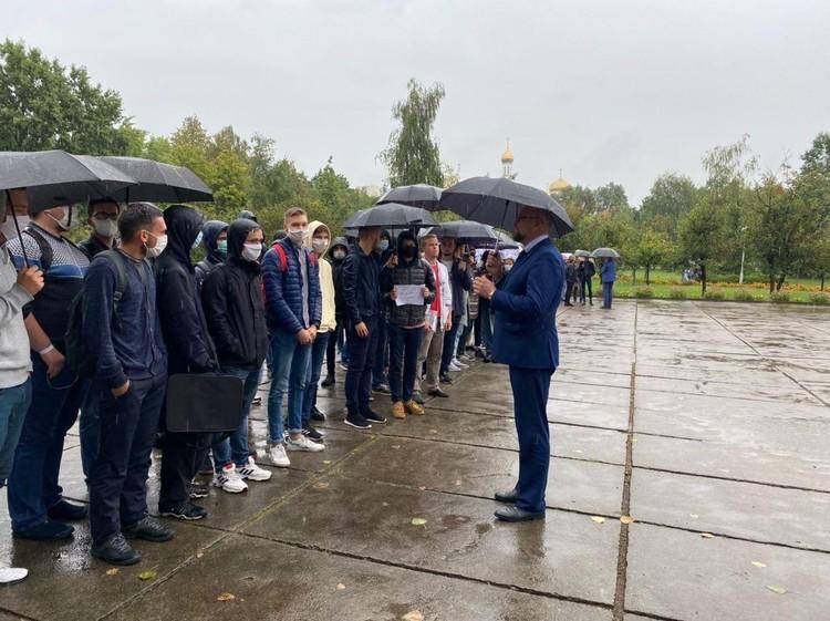 Александр Драган вышел к студентам, которые около университета устроили акцию солидарности с задержанными. Фото: телеграм-канал Khliabets