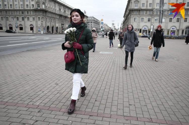 Чуть раньше по городу колонной прошли участницы женского марша