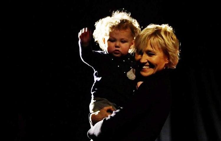 Актриса призналась, что после рождения сына ее жизнь наполнилась новым смыслом. Фото: кадр Первого канала.